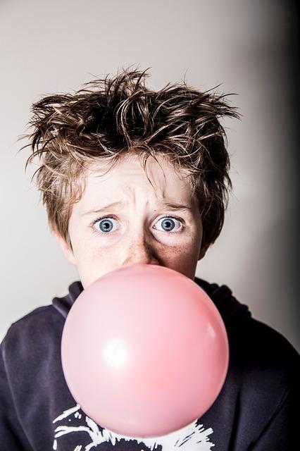 kind met kauwgom